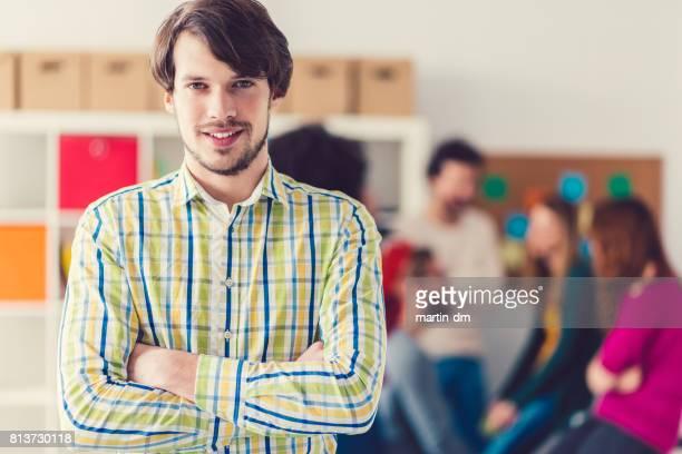 Jeune homme regardant l'objectif