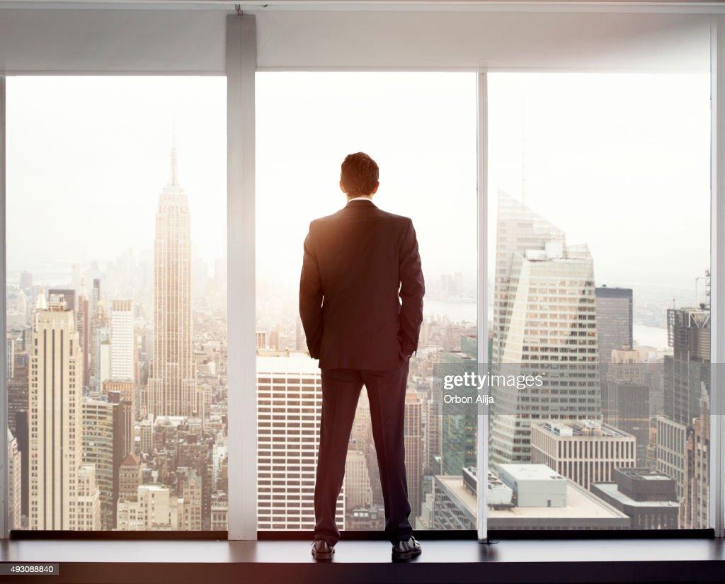 Junger Mann, Blick auf die skyline der Stadt : Stock-Foto