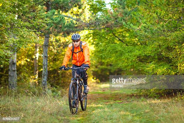 Junger Mann Mountainbiken