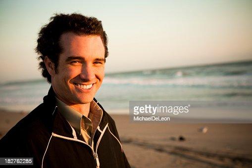 若い男性のビーチを背景に、海岸