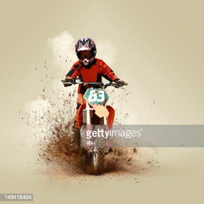 Giovane uomo con la sua moto