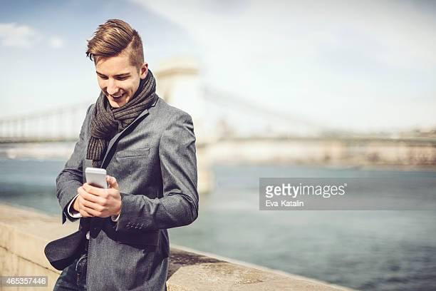 若い男性の電話