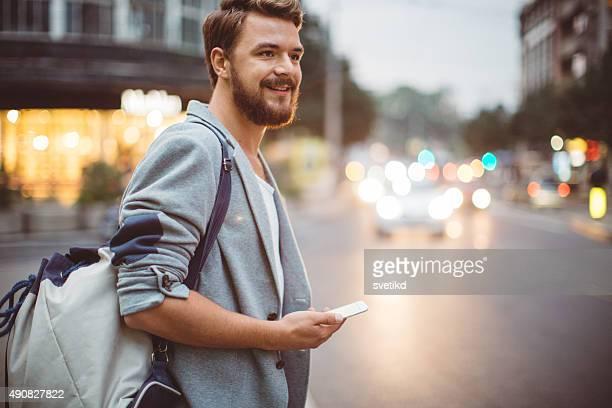 Junger Mann auf den Straßen der Großstadt.
