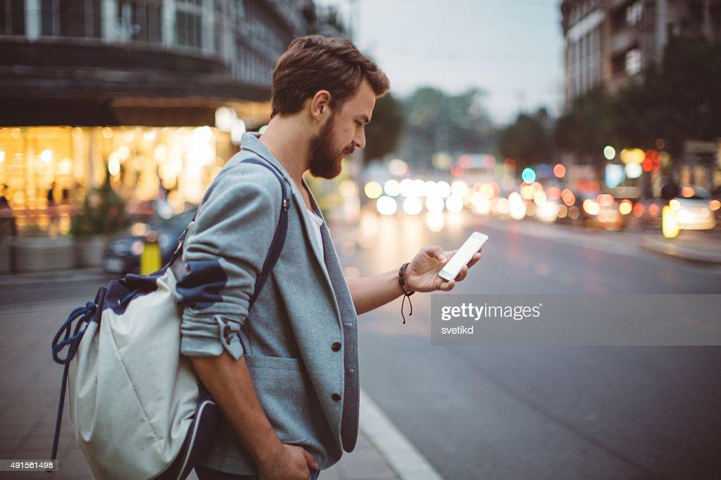 Junger Mann auf den Straßen der Großstadt. : Stock-Foto