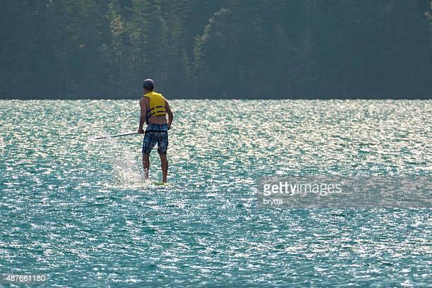 Joven surf de remo en Canmore, Alberta, Canadá