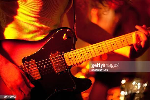 エレキギタープレーヤーをステージ