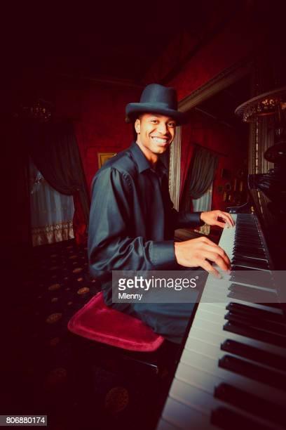 Jeune homme jouant du piano dans la barre de boîte de nuit