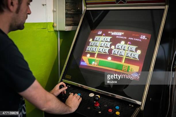 Giovane uomo giocando giochi vintage videogame