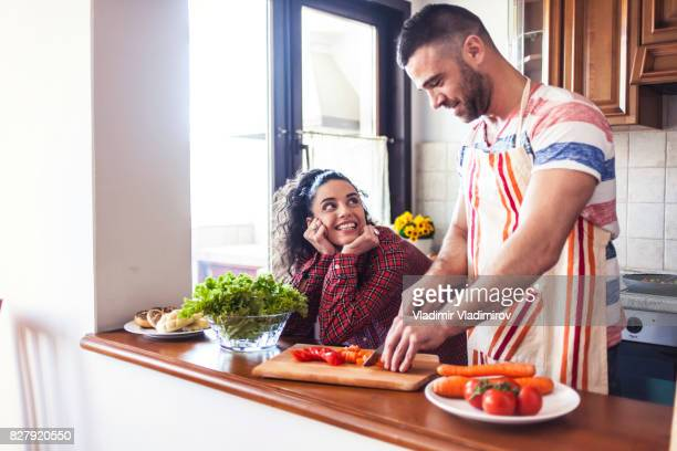 Junger Mann, die Zubereitung von Speisen zu Hause