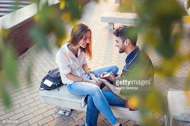 Jeune homme propose à sa petite amie