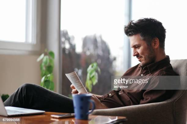 Junger Mann, ein Buch zu Hause