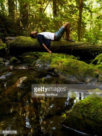 Junger Mann Entspannen in forest : Stock-Foto