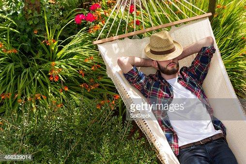 Giovane uomo rilassante su un'amaca