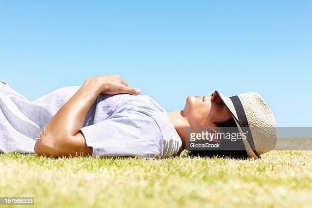 若い男性休息にホットな太陽-屋外