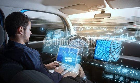 jeune homme circ voiture autonome photo | thinkstock