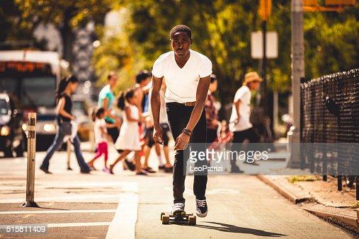 若い男性 longboard に乗ってニューヨークのストリート