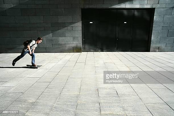 Jeune homme équitation skate de rue.