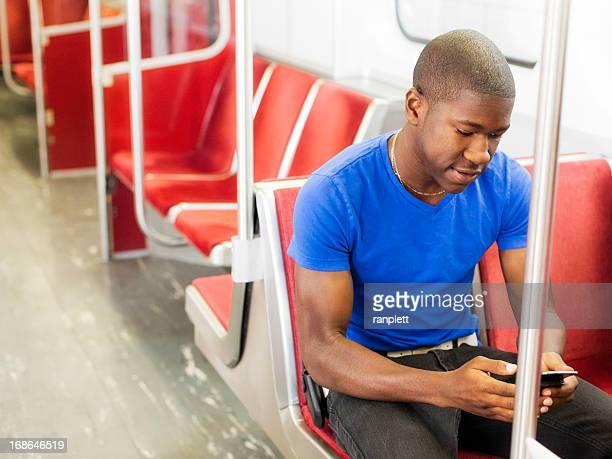 Jeune homme prendre le métro