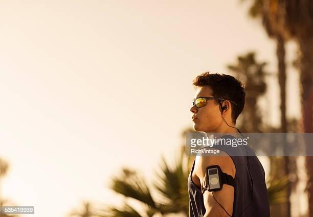 ランナーを着ている若い男性のサングラスでベニスのビーチ