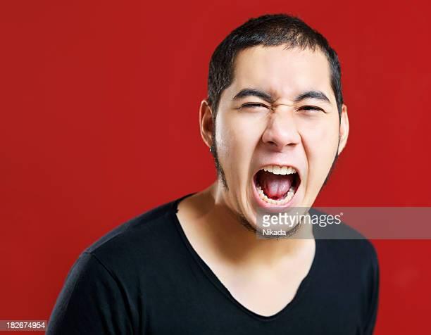 若い男性悲鳴を上げる