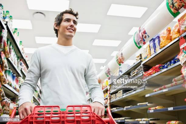 Giovane uomo Shopping per Generi di drogheria