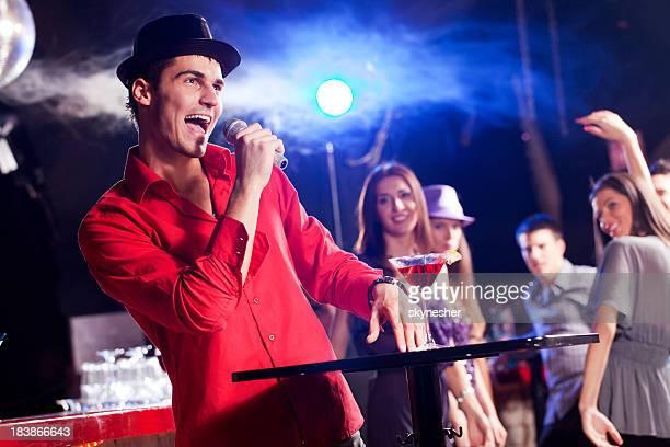 Junger Mann, Singen an der bar.