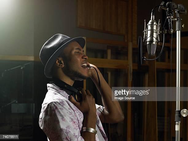Jeune homme chantant
