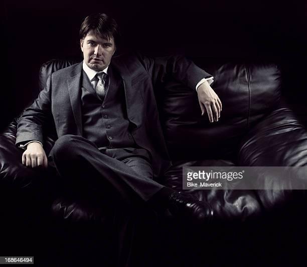 Jeune homme assis sur le canapé