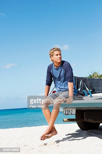 Young man sitting on trailer : Stockfoto