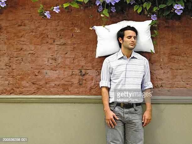 Couchage jeune homme avec surmatelas contre le mur