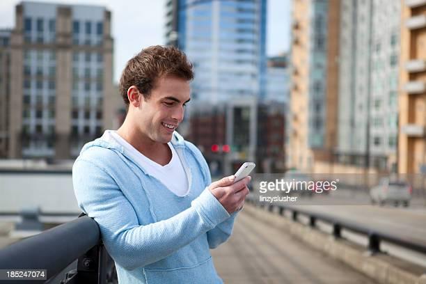 Joven usar teléfono celular Sonrisas