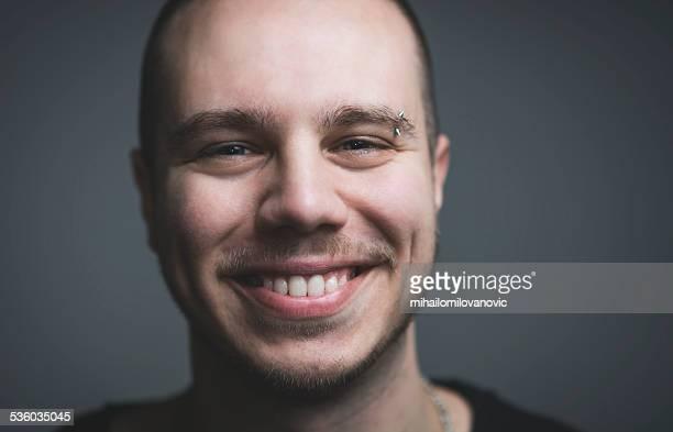 Giovane uomo sorridente