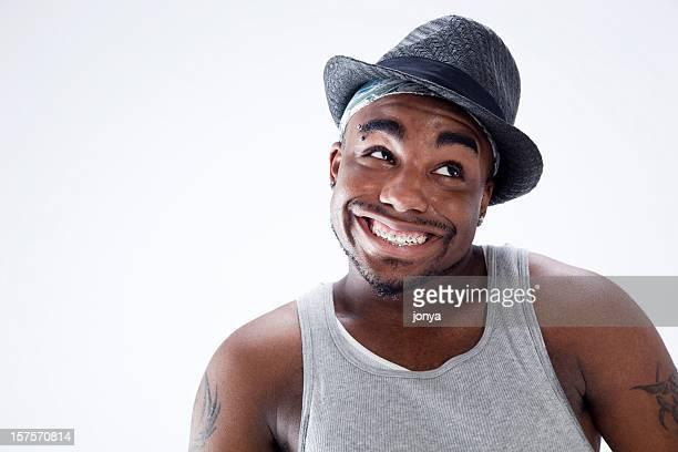 Jeune homme souriant, montrant son Appareil dentaire