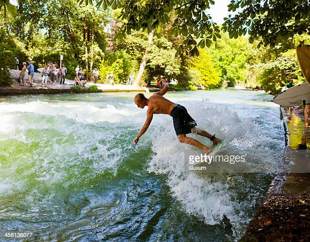 Junger Mann, Surfen an der Eisbach river in München, Deutschland
