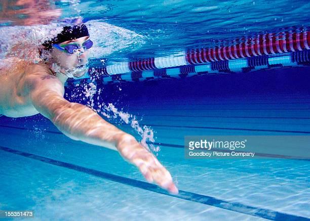 Junger Mann Schwimmen im Swimmingpool