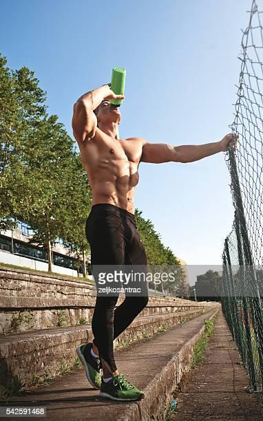Junger Mann genießen eine Pause nach dem morgendlichen Lauf