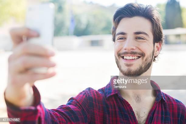 Jeune homme prenant un selfie à Barcelone.