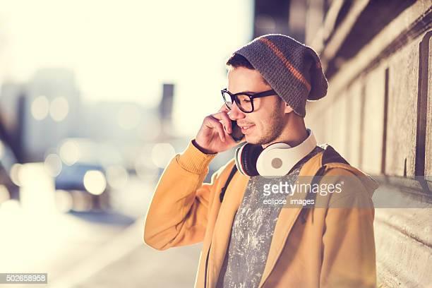 Jeune Homme parlant au téléphone en plein air