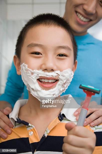 Jeune homme de formation Garçons (8 et 9) à raser, souriant
