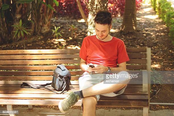 Junger Mann SMS auf das cellphone