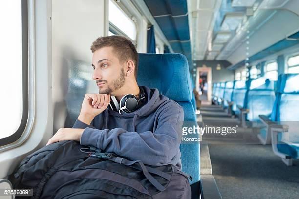 Jeune homme voyage en train