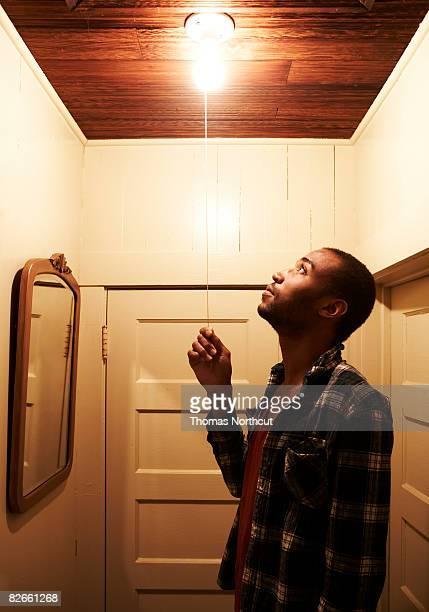 Jeune homme allumer la lumière
