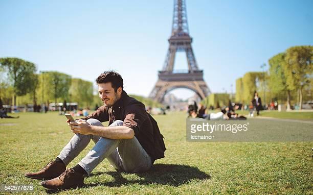 Hombre joven con el teléfono inteligente