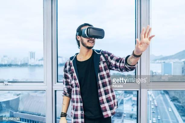 Junger Mann mit der virtual-Reality-Kopfhörer