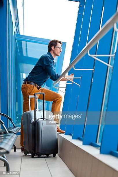 Jeune homme en attente d'avion