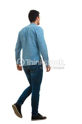 젊은 남자에 고립 된 흰색 배경 산책 : 스톡 사진