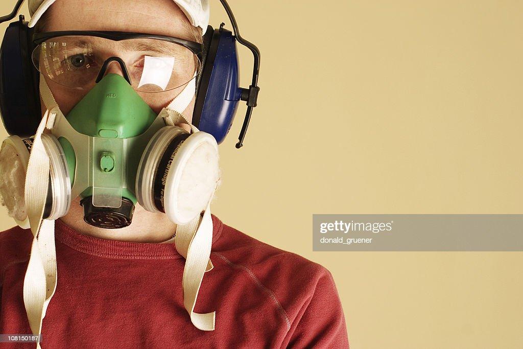 Jeune homme portant un masque de Protection Respirator et malentendantes : Photo