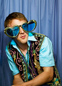 Junger Mann mit herzförmigen Brille in photo booth
