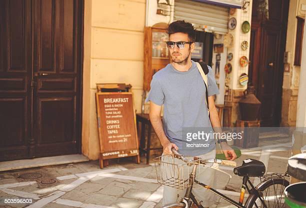 若い男が自転車
