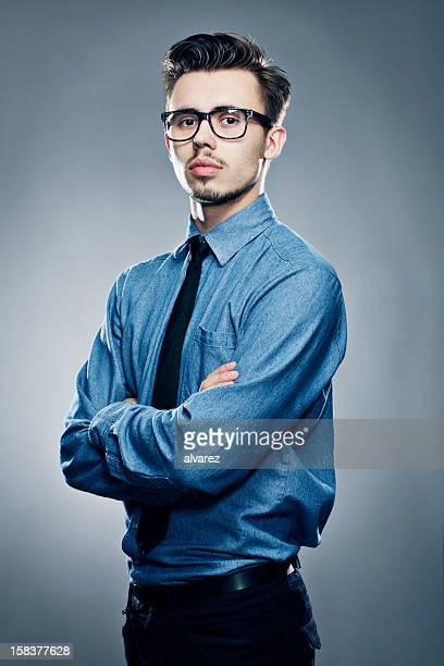 Jeune homme avec une cravate